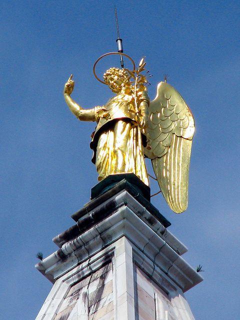 Statua dorata dell'Arcangelo Gabriele sul Campanile di San Marco. E' posta su una piattaforma girevole e funge da segnavento.