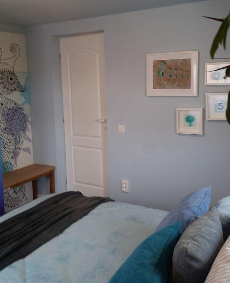 Am personalizat pereții dormitorului cu tablouri realizate pe șantier. Am folosit intenționat cifra cinci, care vorbește despre Irinel și cei patru băieți ai lui.