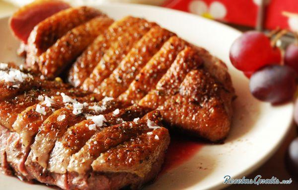 Aprende a preparar magret de pato al horno con esta rica y fácil receta.  La carne de pato es conocida como carne magra o salvaje y aunque contiene una cantidad...