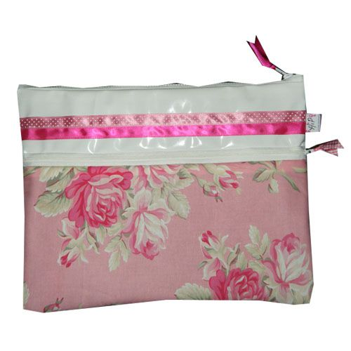Leuke roze laptophoes met bloemen gemaakt door www.hippe-laptophoezen.nl