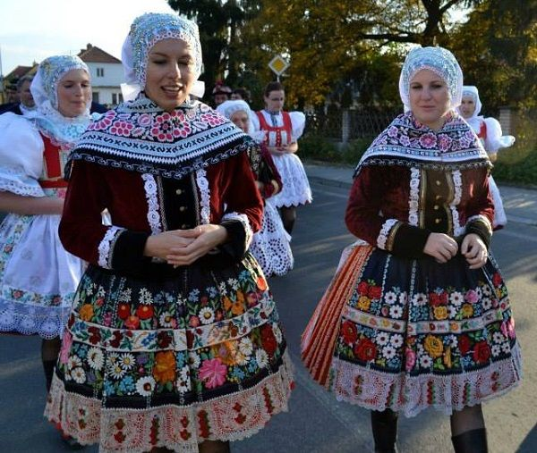Vdané ženy v čepcích / Married women in bonnets, Moravia, Czech republic.
