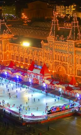 Van kedvetek korcsolyázni egyet? Moszkvában, a Vörös téren található az egyik legnépszerűbb korcsolyapálya, ami éjfélig nyitva tart, így teljes pompájában láthatjátok az ünnepi fényeket! Nem messze tőle található a Business-Tourist*** hotel, amiben a Swiss Halleyvel csak 238,61$ 2 éjszaka két fő számára decemberben! Moszkvában az ünnepi forgatag egészen januárig tart, így a korcsolyázás mellett különböző programok is várják az utazókat! #SwissHalley #Moszkva
