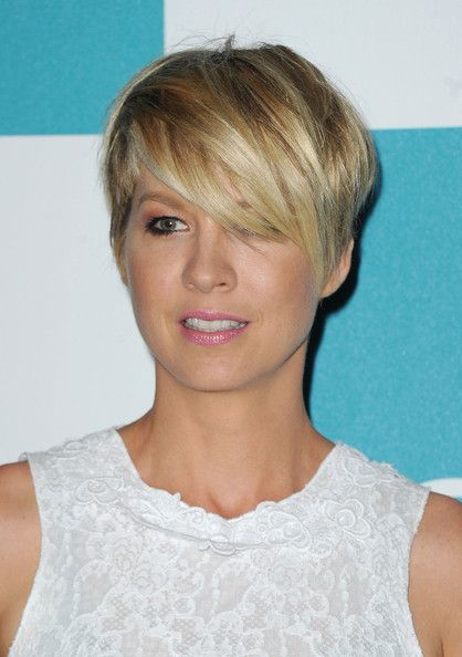Love This          Newest»  Full List»        Share This    Send To My Phone                    Jenna Elfman Layered Razor Cut    Jenne Elfman added a rocker edge to her embroidered white frock with a short and choppy blond tresses.      browse looks