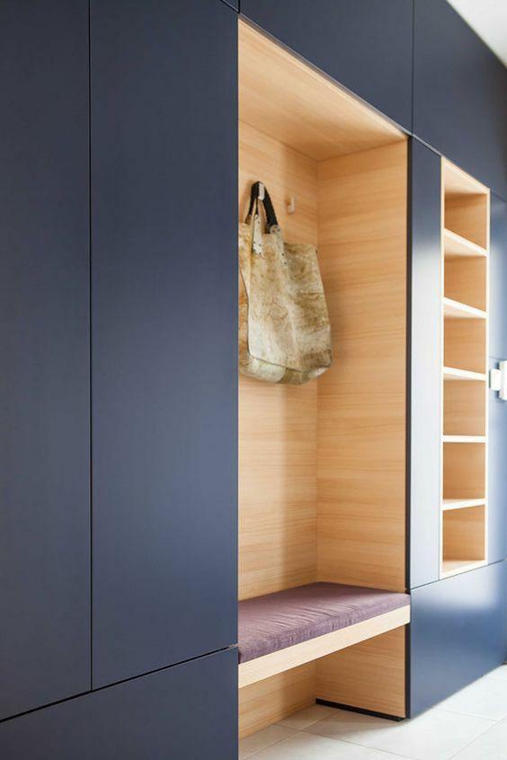 deco hall entree en bleu indigo avec coussin du banc en couleur lavande organise en niches pour le porte manteaux et pour le rangement des affaires