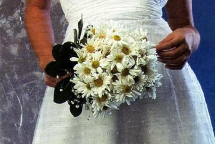 La elección del ramo de novia es sumamente importante, ya que una mala elección del mismo puede arruinar un  precioso vestido. Por eso, es imprescindible que cuentes con el asesoramiento de expertos profesionales que podrán guiarte a la hora de elegir el ramo que complete tu look para que te veras perfecta el día de tu boda.