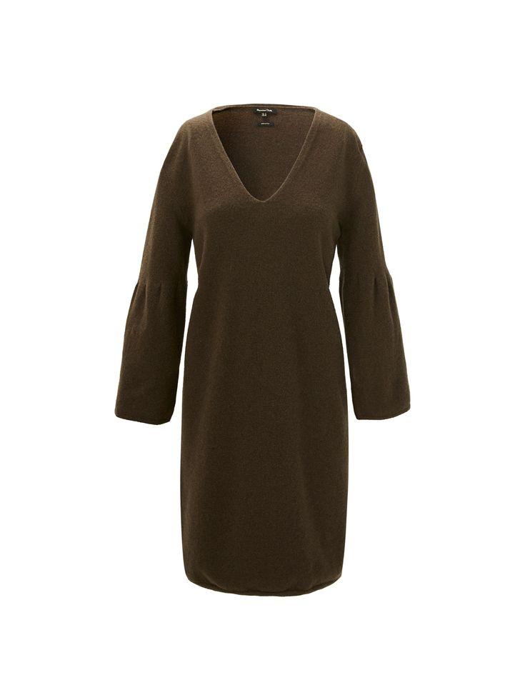 Vestido liso, confecionado em tecido de lã. Corte reto, decote em bico, manga comprida à boca de sino e acabamentos acanelados. O comprimento da peça no tamanho M é de 92 cm.