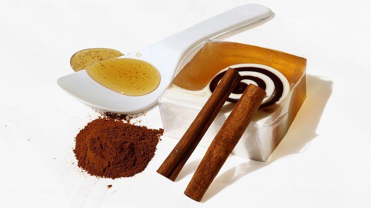 Proste połączenie dwóch składników - miód i cynamon, które znajdą się w każdej kuchni, może mieć niebywale szerokie zastosowanie na różnego typu dolegliwości.    Ta prosta receptura znana była już w czasach starożytnych Chin. Z połączenia miodu