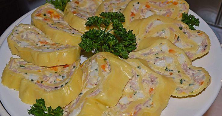 Party - Käserolle <3 8 Personen  1 Pkt. Käse (Gouda oder Emmentaler), 8 Scheiben 200 g Schmelzkäse 100 g Butter 3  Ei(er), hartgekocht 1 Bund Schnittlauch 3 Scheibe/n Schinken, gekocht   Salz und Pfeffer   Backblech mit Pergamentpapier auslegen. Den Käse auf das Papier als Platte auslegen, Scheiben leicht überlappen. Bei 100°C solange im Ofen lassen, bis eine ganze Fläche entstanden ist. Etwas abkühlen lassen. Butter und Schmelzkäse verflüssigen und abkühlen lassen. Schnittlauch…