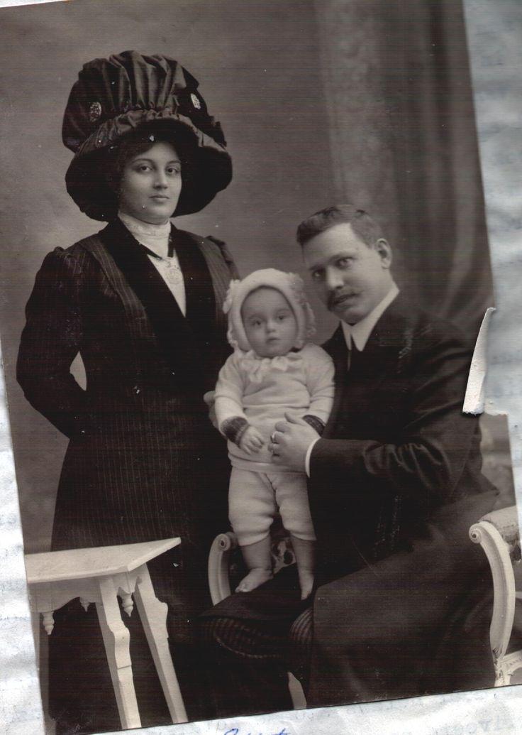 Beata en Jacques met Eddy, de eerste zoon. Ze was fashionable, kijk eens naar die hoed. Dat moet je kunnen dragen. Zij kon het.