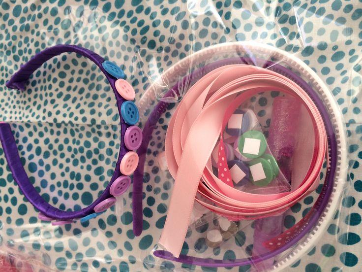 Pipoka Play Kit ¡ERES UNA FASHIONISTA! DECORA TU DIADEMA. Kit con cintas, botones, decoraciones y pegante. Juguetes, sorpresas y regalos creativos y didacticos. Para hacer pedidos, escribenos a pipoka@pipokaplaykits.com