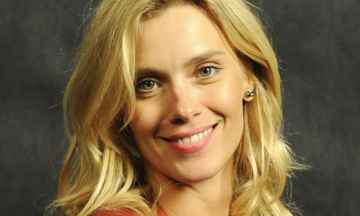 A atriz Carolina Dieckmann exibe fios loiros bem claros, combinando com o seu tom de pele