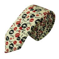 Stropdas Fresno Lippen Rood Zwart  Description: Een stropdas met een uniek patroon  Stropdassen worden gedragen door veel mannen. Het is als man dan ook mogelijk om extra op te vallen met een speciale stropdas. Deze Fresno Lippen Rood Zwart stropdas heeft zoenen als thema. Op de stropdas zijn verschillende nummers afgebeeld in combinatie met afbeeldingen. Dit maakt van deze stropdas echt een pronkstuk.  Met een stropdas kan een speciaal effect worden gecreëerd. Het geeft een eenvoudige…
