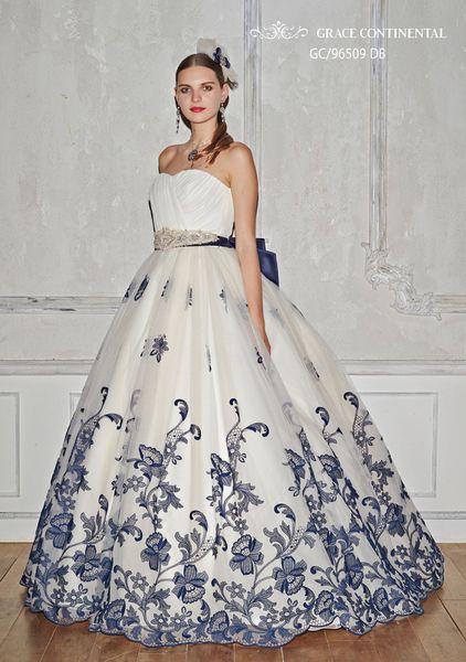 ホワイトにネイビーの刺繍が入ったドレス♡凜とした気品あふれるカラーにうっとり♡刺繍がおしゃれなカラードレスまとめ一覧