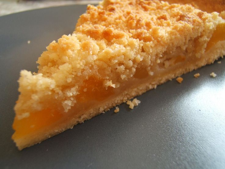 Une tarte délicieuse, légère et fruitée comme je les aime !! C' est vrai qu' elle est également rapide à faire; une pâte brisée, des fruits, un crumble et voilà le tour est joué ! nous obtenons à coup sûr un dessert qui plait à tout le monde !! Pour la pâte brisée: (pour un moule de 30cm) 300 gr de farine 125 gr de beurre 40 gr de sucre 1 sachet de sucre vanillé 1 cuillerée de levure chimique 1/2 verre d'eau Mélanger dans une terrine la farine, la levure, le suc...