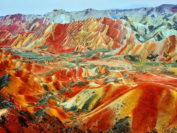 果てしなく続く鮮やかな色のストライプの大地 中国の丹霞地形 | Sworld