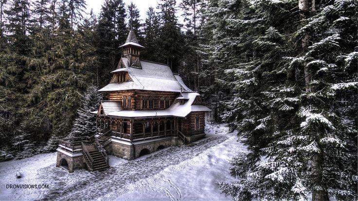 Drewniana kaplica w stylu zakopiańskim w Jaszczurówce.