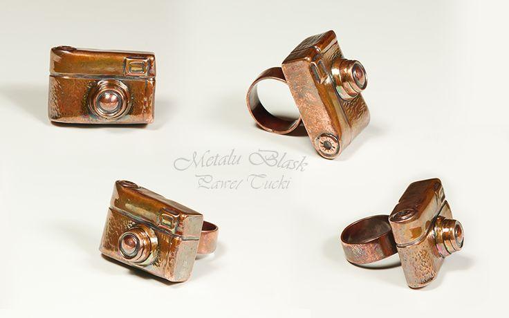 www.polandhandmade.pl #metalart, #Paweł_Tucki #polandhandmade Miedziany pierścionek w kształcie aparatu fotograficznego, formowany z blachy.