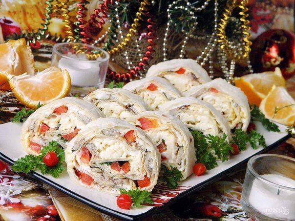"""Обязательно сохраните!  Подборка 10 закусок на праздничный стол: 1. Рулет из лаваша. Ингредиенты: Лаваш тонкий — 2 Штуки Шпроты в масле — 180 Грамм Яйцо вареное — 2 Штуки Болгарский перец — 0,5-1 Штуки (зависит от размера) Плавленный сыр — 100 Грамм Майонез — 100-150 Грамм Зелень — 1 Пучок Количество порций: 6-8 Как приготовить """"Рулет из лаваша на Новый Год"""" 1. Для рулета возьмите два квадратных лаваша. Отварите яйца, откройте консерву. Приступим. 2. Расстелите на столе первый…"""