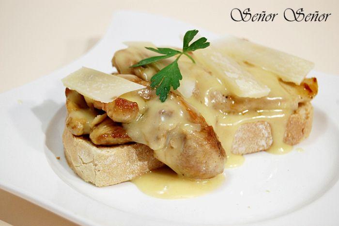 Cómo hacer la salsa de mostaza y miel fácil. Tosta de pollo con salsa de mostaza y miel y lascas de queso Parmesano | Receta de Sergio