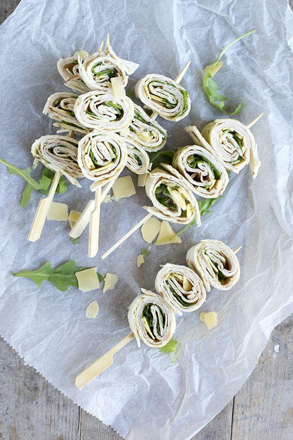 Wrapsspiesjes met kip en pesto. Leuke tip voor de picknick | via BrendaKookt.nl