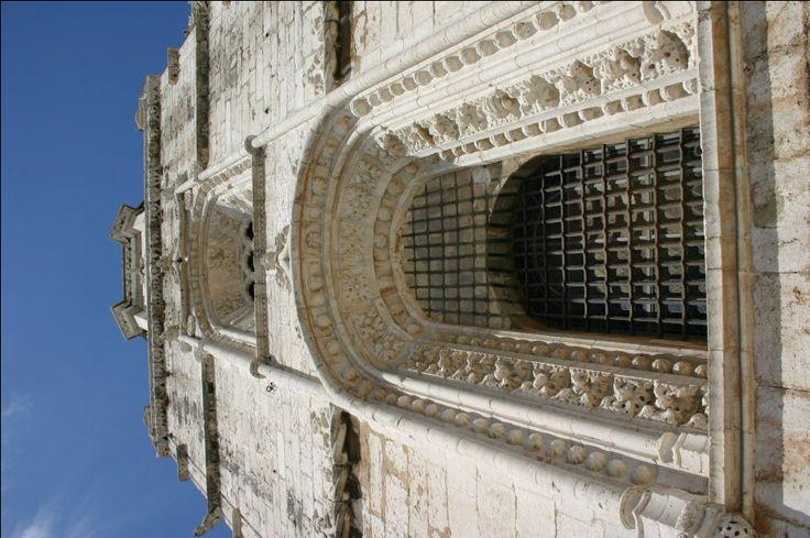 Der Turm des Westportals des Hieronymusklosters / Hieronymitenkloster (Mosteiro dos Jerónimos) in Belém, Lissabon / Lisboa. www.claudoscope.eu