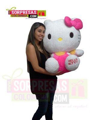 Hello Kitty Gigante Sorprende con este especial peluche gigante que enamorara una vez mas a esa persona especial. Visita nuestra tienda online www.sorpresascolombia,com o comunicate con nosotros 3003204727 - 3004198
