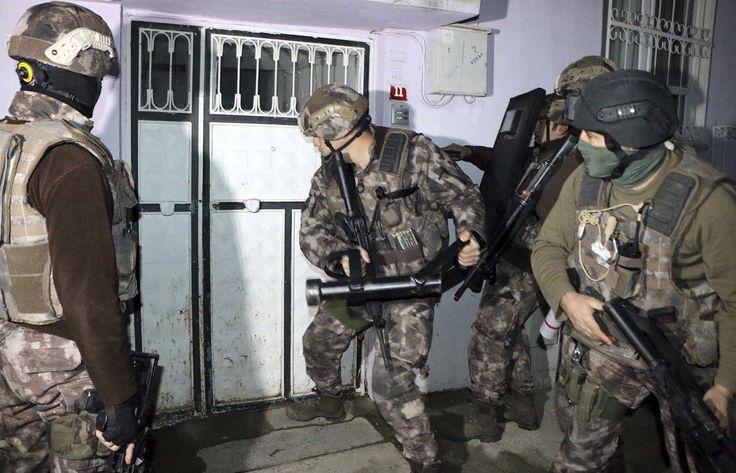 ESTAMBUL (AP) — La policía antiterrorista de Turquía detuvo el domingo a 445 personas por presuntos vínculos con el grupo Estado Islámico, informó la agencia noticiosa estatal Anadolu.