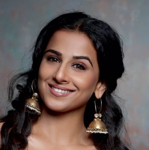 Vidya Balan wearing beautiful jhumka earrings ...