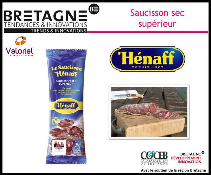 Préparé dans la pure tradition Hénaff à partir de porcs 100% bretons, ce saucisson sec supérieur est fabriqué avec du porc entier y compris les jambons et les filets. Sur l'emballage, la traçabilité est affichée clairement avec la photographie de l'éleveur fournisseur de porcs. Ce produit de qualité au goût inimitable, à la fois typé et délicat, offre un moment de pure gourmandise.