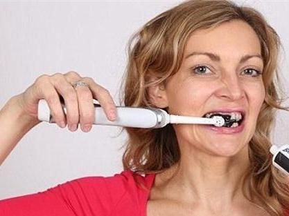 Arang, Efektif Putihkan Gigi Kuning