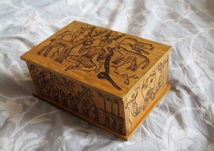Coffret en bois décoré sur le thème du chaudron de Gundestrup.