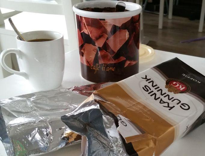 Goedemorgen! Voor de koffieleuten onder ons heb ik een recycle tipje voor je lege koffiezakken. Je weet wel ... Die zilverkleurige die binnenin je pak koffie zit. Gooi het dus niet weg, want je kunt het op minstens 3 verschillende manieren recyclen. Beter dan weggooien toch? Lees meer.... http://zomijntje.nl/Recycle-je-koffiezak-3-x-anders #recycle #coffee #koffie #hergebruik