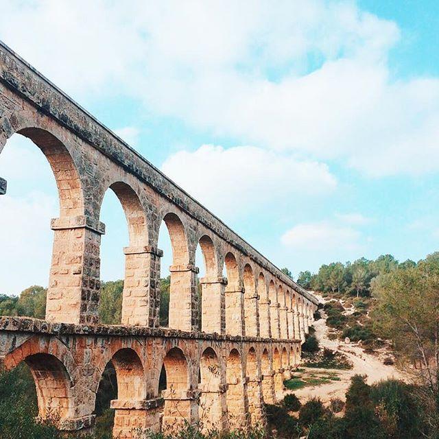 Ponte do Diabo é um aqueduto romano que levava a água à antiga cidade de Tarraco (Tarragona). É um dos aquedutos mais bem concervados e o mais importante da Catalunya. - Viagem Europa - Cataluña - Espanha - Hit the road Girls - Spain