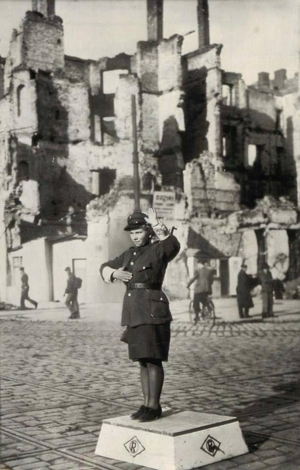 1945 r. Narożnik Marszałkowskiej 100 i Alej Jerozolimskich 36. Źródło: fotopolska.eu