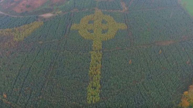 Her ses det keltiske kors i Irland.