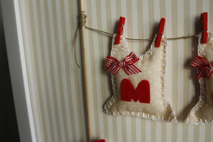 Cuadro infantil con nombre y datos de nacimiento, en tonos rojos y arena. - Detalle. © Girasol-sol. All rights reserved 2013  #childrensroom #habitacioninfantil #decoracioninfantil You can make your order right now: somosgirasolsol@gmail.com  #babygifts, #baby, #newborn, #babyproducts, #babygirl, #creations, #babyshower, #gifts, #expecting, #crafts, #handmade #diy #decoration #babydecoration #baptismgifts #decoracionbabyshower