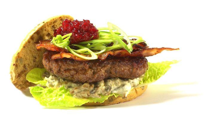 Saftig burger med soppstuing, bacon og tyttebær smaker det hyttetur av.
