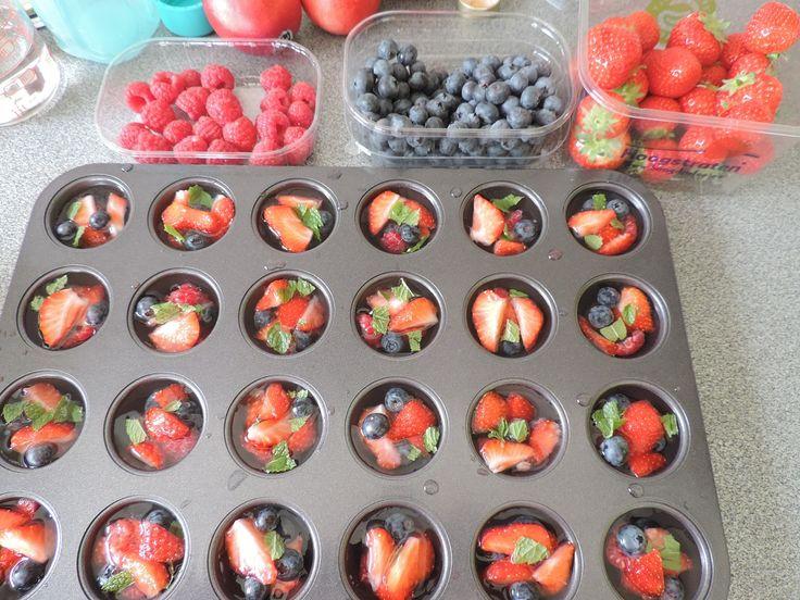 Summer time ice cubes! Zelfgemaakt: bosbessen, frambozen, aardbeien en een beetje munt - met water overdekken en invriezen.