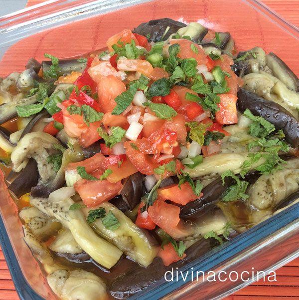 Esta receta de ensalada de berenjenas y menta se puede consumir fría o templada, según la época del año. Las berenjenas, recién cocidas, se aderezan con el limón,