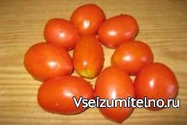 Помидоры вяленые   Рецепт приготовления вяленых помидоров  1. Приготовление вяленых помидоров начните с подготовки овощей. Отбирайте только спелые и не подвергшиеся порче некрупные плоды. Тщательно вымойте их.  2. Помидоры разрежьте на половинки и чайной ложкой извлеките жидкую мякоть с семенами. Далее эту мякоть можно использовать для приготовления гаспачо или вторых блюд.  3. Застелите противень пергаментной бумагой и разложите на ней плотно друг к другу подготовленные помидоры. Фольгу…