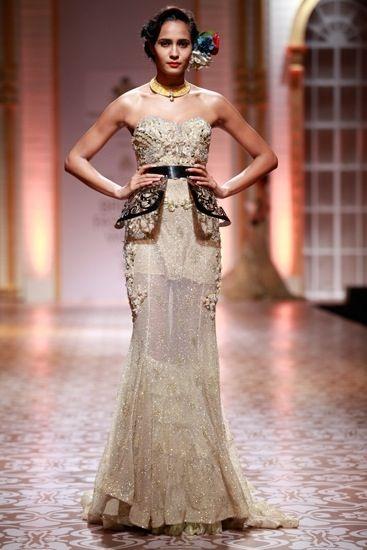 Vestido de Falguni & Shane Peacock no Bridal Fashion Week. Uma abordagem moderna para noivas indianas!