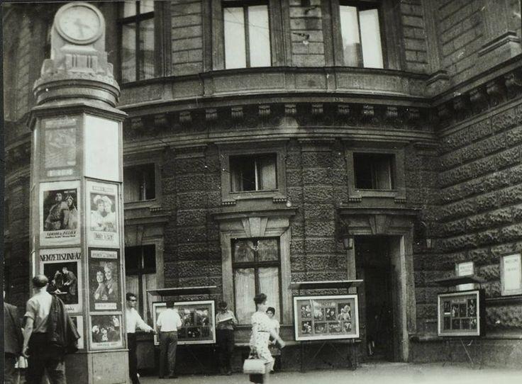 Budapest, 1964. a Nemzeti Színház művészbejárója és a legendás óra (OSZK - Gobbi Hilda fényképalbuma)