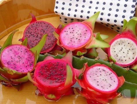 Fructul dragonului..Numit si pitaya sau pitahaya, fructul dragonului este un cactus. Are forma unui bulb roz acoperit cu petale verzui ondulate. Este  recomandat consumul lui alaturi de diverse feluri de mancare si bauturi.
