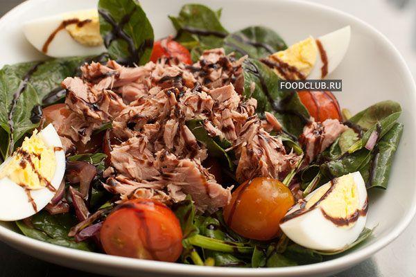 Этот салат очень распространен практически повсеместно в силу своей простоты, хорошего вкуса и сбалансированности.  Если яйца сварить заранее, то приготовление салата не займёт более 5 минут. При этом вы получите лёгкое, но питательное блюдо с высоким содержанием белков и растительной клетчатки при минимуме жиров и углеводов.