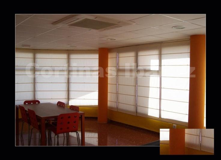 "Estores "" Romanos"" de loneta 50/50 Alg/Pol. Montados en oficinas (Antigua estación del Empalme, Valencia, Ferrocarriles de Vía Estrecha (FEVE). Hemos adaptado a cada ventana o puerta el adecuado para cada lugar.: Photo"