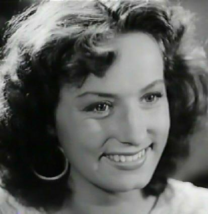 som cirkusartist Eva Voldoni, i Bedstemor går amok fra 1944.
