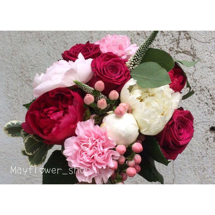 Ягодный букет. Малиновые пионы, розовый гипперикум, белые пионы