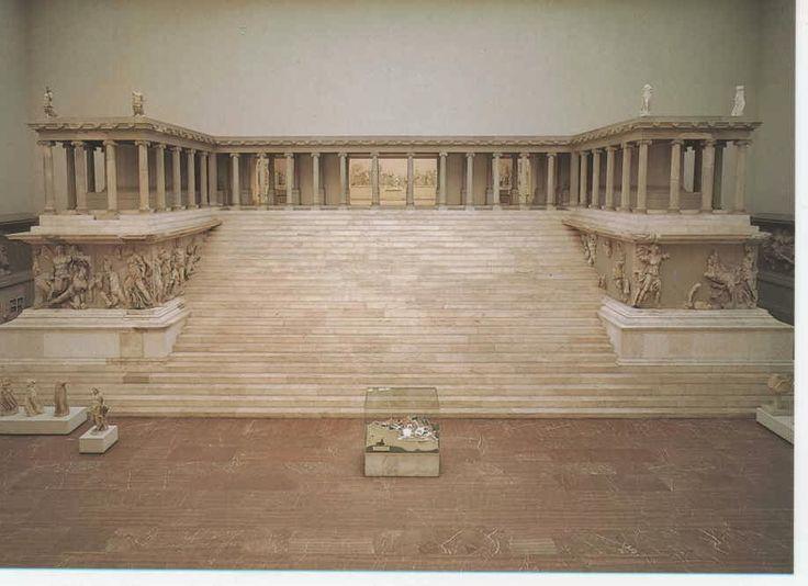 Nos encontramos con la fachada del Altar de Zeus en Pérgamo (180-160 a. C.) de carácter conmemorativo. Pertenece a la É. Helenística y su arquitecto es desconocido. Para su construcción se empleo mármol blanco, y todo el conjunto es arquitrabado. La planta presenta un crepidoma de cinco escalones sobre las que se eleva un basamento macizo de gran altura, con columnas dobles, al que se accede por una escalinata monumental custodiada por dos alas laterales.