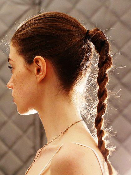Die gekordelte Pferdeschwanz-Variante ist einfach, aber trotzdem stylisch und eine tolle Frisur für lange Haare!