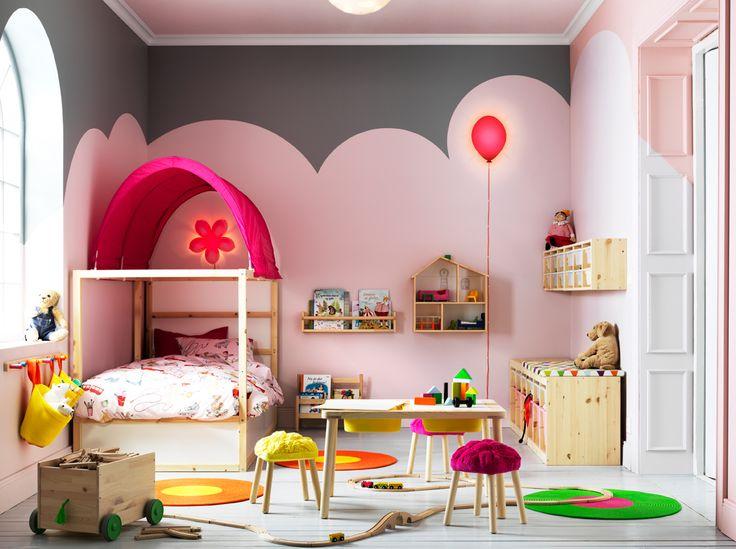 Cameretta con letto reversibile in pino, tenda per letto rosa, tavolo in pino con due contenitori e struttura con contenitori in plastica bianchi e rosa - IKEA